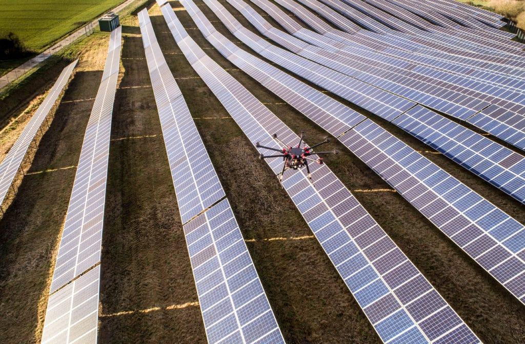 Drohnen-Inspektion-von-Photovoltaik-Anlage-Inspektionsflug-mit-UAV-Wärmebild-Kamera-Thermalscan-Energiewirtschaft-Inspektion-von-Energieanlagen