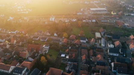 Vogelperspektive-Sonnenuntergang-ueber-der-Stadt-Kartierung-mittels-Drohne-Auskundung-Vermessung-Breitbandausbau-Niedersachsen