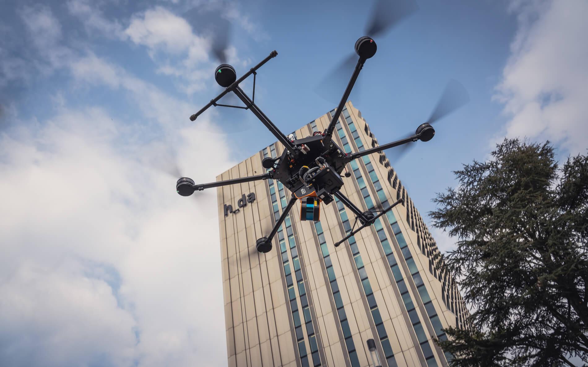 Logxon-Porter-Drohne-Heavylifter-vor-hda-Hochschule-Darmstadt-zur-Bestandsaufnahme-Vermessung