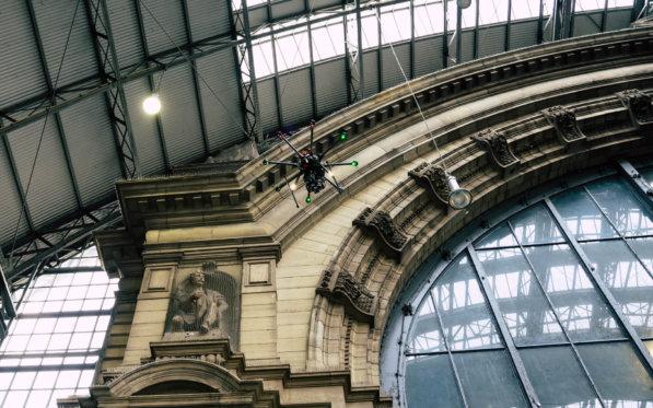 3D-Fassaden-Vermessung-Photogrammetrie-Drohne-vor-der-Inndenfassade-Hauptbahnhof-Frankfurt-Denkmal-Vermessung-mittels-UAV