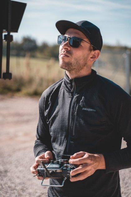 Pilot-Vincent-Haldy-Patagonia-Klamotten-Graupner-Sender-Digitales-3D-Aufmaß-per-Drohne-Steinbruch-Vermessung-Foerderband-Aushub-vincent-haldy