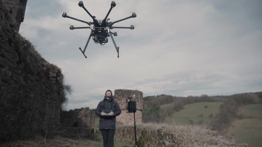 Pilot-Vincent-Haldy-mit-LOGXON-DJI-S1000-Photogrammetrie-Drohne-fuer-Drohnenvermessung-Burgruine-3D-Burg-Vermessung
