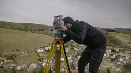 Tachymeter-Veremessung-im-Rahmen-von-Drohnen-Dienstleistungen-Drohnenvermessung-Burgruine-3D-Burg-Vermessung