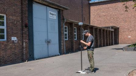 Behind-the-Szenen-Vermessung-Passpunkte-VFX-Scan-CGI-Scan-BTS-CGI-Rohmaterial-3D-Medienproduktion-Drohne-VFX-Film-TRAUMFABRIK-Studio-Babelsberg