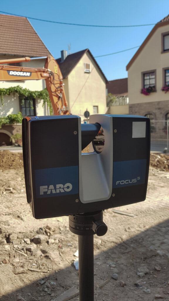 Nahaufnahme-terrestrischer-FARO-Laserscanner-Operator-Kombinierte-3D-Gebaeudeaufnahme-Drohne-Laserscanner-Weingut-Pfalz