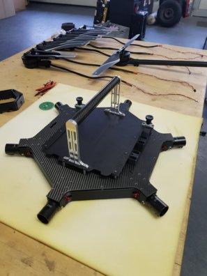Drohne-LOGXON-Porter-UAV-Hexacopter-Multicopter-Carbon-Bearbeitung-Akkuhalter-Lipo-Batterie-Aufbau-Fertigstellung-Centerplate-Design-Nahaufnahme