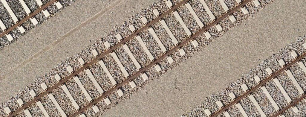 Detailaufnahme-Bahntrasse-Bahnschienen-Schienen-Schotter-Detailaufnahme-50m-Verzerrungsfreies-georeferenziertes-Luftbild-True-DOP-Digitales-True-Orthophoto-aus-Drohnenaufnahmen