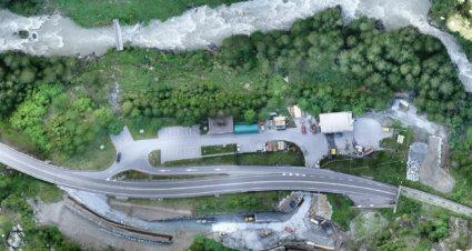 Passtrasse-Berg-Alplen-Fluss-Wald-Luftaufnahme-Drohne-UAV-Verzerrungsfreies-georeferenziertes-Luftbild-Passtrasse-True-DOP-Digitales-True-Orthophoto-aus-Drohnenaufnahmen