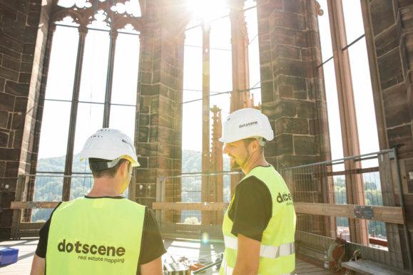 LOGXON-Freiburg-Muenster-Vermessung-Laserscan-Porter-Mitarbeiter-Team-Meeting-Operation-Sonne-3D-Kirchen-Vermessung-per-Drohne